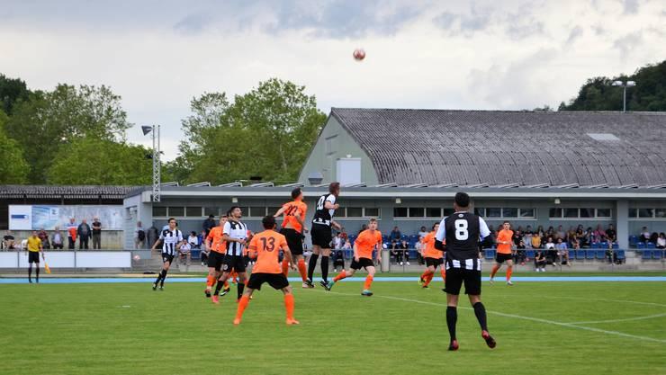 Die Brugger bezwingen Küttigen klar mit 4:0 und spielen am Dienstag in Tägerig gegen Sarmenstorf um den Aufstieg in die 2. Liga.Brugger und Küttiger steigen hoch, um den Ball zu ergattern.