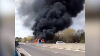 Der brennende Schulbus in Mailand: Schüler und zwei Erwachsene konnten rechtzeitig das Fahrzeug verlassen.