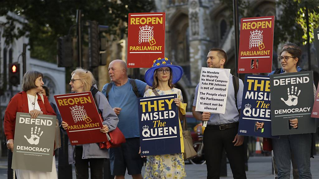Demonstraten am Dienstag vor dem obersten Gericht in London: Das Gericht muss darüber entscheiden, ob Premierminister Boris Johnson mit der verordneten Zwangspause des Parlaments gegen Recht verstossen hat.