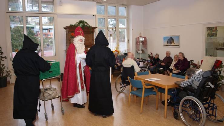 Der Samichlaus spricht zu den Bewohnerinnen und Bewohnern des Regionalen Pflegezentrums Baden