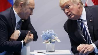 ARCHIV - Der russische Präsident Wladimir Putin (l) und US-Präsident Donald Trump bei einem Treffen im Jahr 2017. Foto: Evan Vucci/AP/dpa