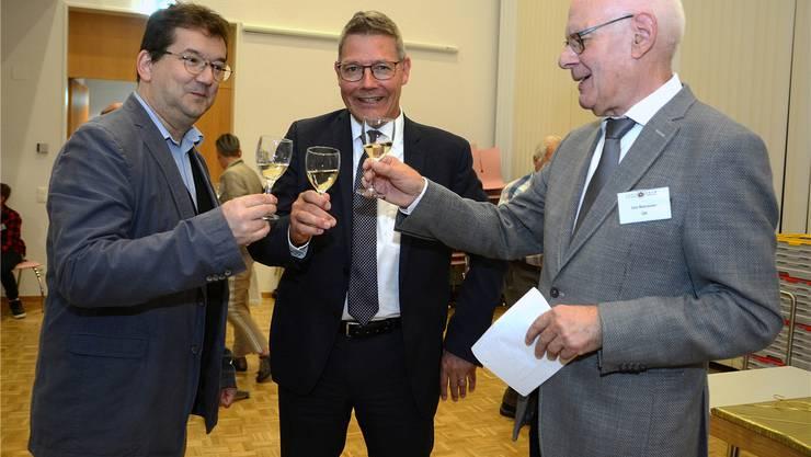 Ein Prost auf Trimbach: (v.l.n.r.) Gemeindepräsident Martin Bühler, Landammann Roland Fürst und Fest-Initiant Urs Ramseier stossen auf das Jubiläum an.