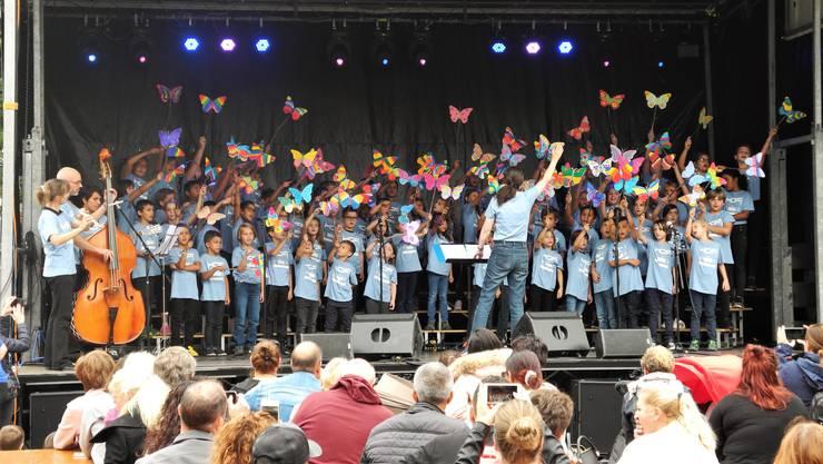Mit den Schmetterlingen unterstreichen die Hofi-Kinder den Text des Liedes.