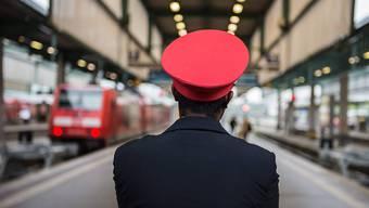 Warnsteiks: Reisende der Deutschen Bahn müssen am Montagmorgen mit Verspätungen und Zugausfällen rechnen. Auch Verbindungen mit der Schweiz dürften betroffen sein.