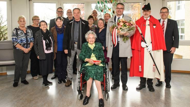 Theresia Arn-Pfluger feiert mit der Familie und Landammann Remo Ankli (mit Blumen) den 100. Geburtstag.