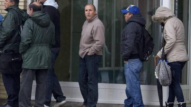 Menschen warten vor einem Arbeitsamt in Madrid (Archiv)