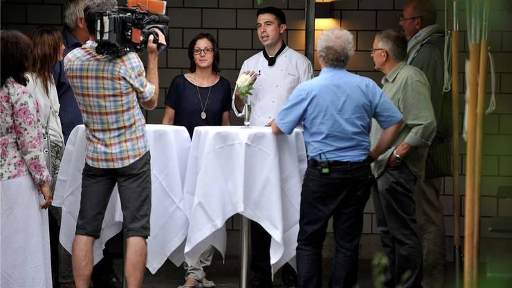 Die Gastgeber Manuela Graber-Willi und Sebastian Graber mit ihren Stammgästen