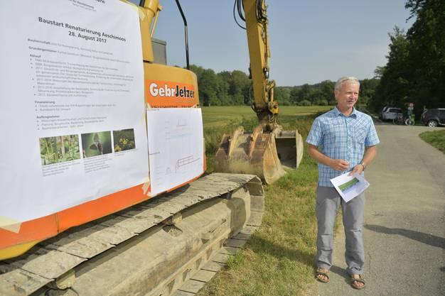 Projektleiter Jonas Lüthy (Amt für Raumplanung) erklärt die Massnahmen, die vor Ort umgesetzt werden.