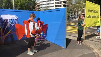 Die Ozeaniumgegner protestieren mit Transparenten und Inszenierung.