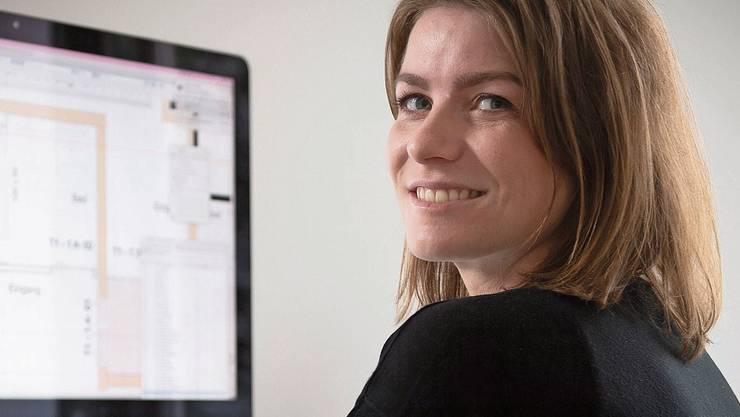 Lebt und arbeitet in Wettingen: Manuela Ernst an ihrem Arbeitsplatz im Architekturbüro.