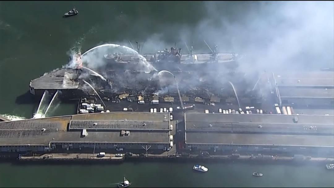Grossbrand an historischem Kai im Hafen von San Francisco