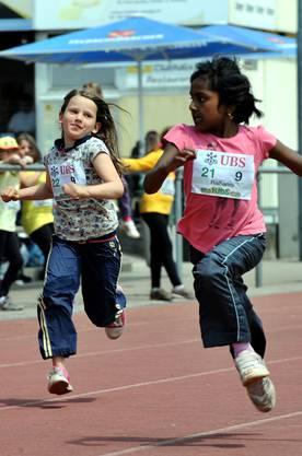 Zwei Schülerinnen geben alles beim 60m-Sprint.