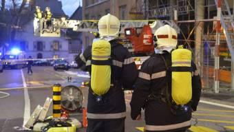 Feuerwehrleute vor dem brennenden Restaurant in Lausanne