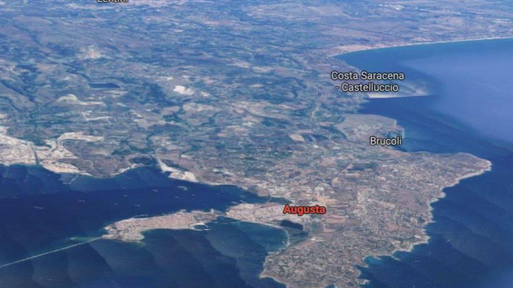 """Augusta auf Sizilien: Hier liegt das Küstenwachschiff """"Gregoretti"""". Die geretteten Migranten und Flüchtlinge dürfen nun Land."""