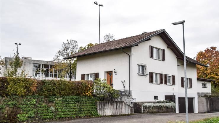 Die Liegenschaft von Otto Steinmann grenzt unmittelbar an die Schulanlagen und das Gemeindehaus.