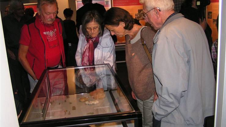 Was ist das denn? Vernissagebesucher besichtigten mit grossem Interesse die Objekte in den Schaukästen.