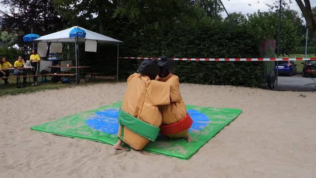 Sumo-Ringen und Landhockey der anderen Art