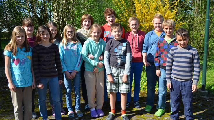 Die gut gelaunten SchülerInnen im blühenden Garten des reformierten Kirchgemeindehauses Aeschi