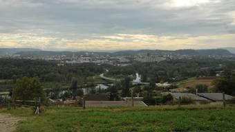 So rasch wohl keine Grossstadt Blick über die Aarelandschaft in die Agglomeration von Aarau mit Buchs, Suhr und den beiden Entfelden hinter dem Distelberg.