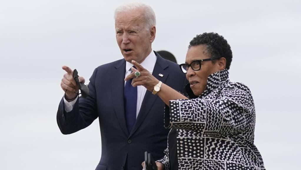 US-Präsident Joe Biden (l) mit Marcia Fudge, Ministerin für Wohnungsbau und Stadtentwicklung in Oklahoma. Foto: Evan Vucci/AP/dpa