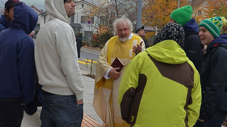 Pfarrer Alain Duplain im Gespräch mit Jugendlichen.