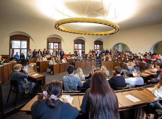 Rund 100 Solothurner Jugendliche konnten ihre Anliegen einbringen und mit Kantonsräten diskutieren. ...