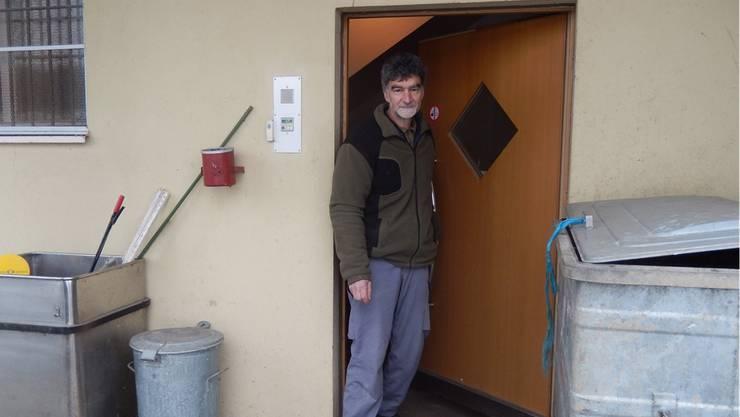 Urs Zuber öffnet die Tür zum ehemaligen Gefängnis auf dem Bleichenberg.