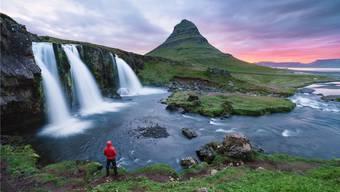 Reisen in den hohen Norden, etwa zum Wasserfall Kirkjufellsfoss, boomen bei Knecht Reisen.