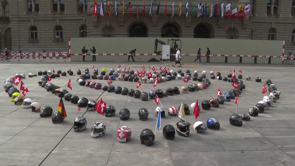 Töfffahrer kämpfen auf dem Bundesplatz für ihr Recht auf Lärm