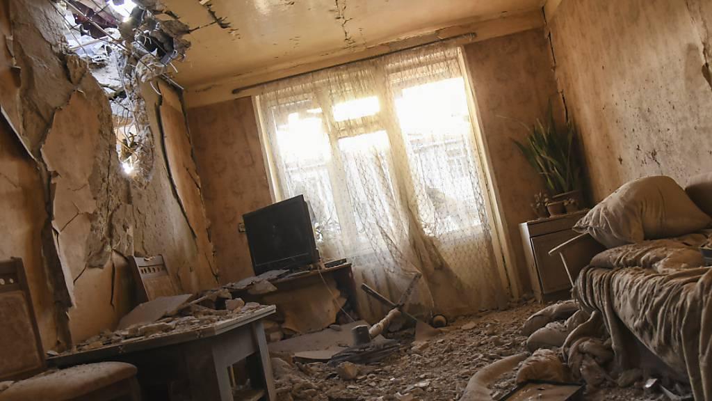 Eine unter Beschuss geraten Wohnung in Stepanakert. Foto: David Ghahramanyan/NKR InfoCenter PAN Photo/AP/dpa