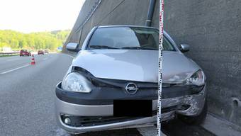 Das Fahrzeug der Kosovarin drehte sich und kam schliesslich bei der Mauer am Fahrbahnrand zum Stillstand.