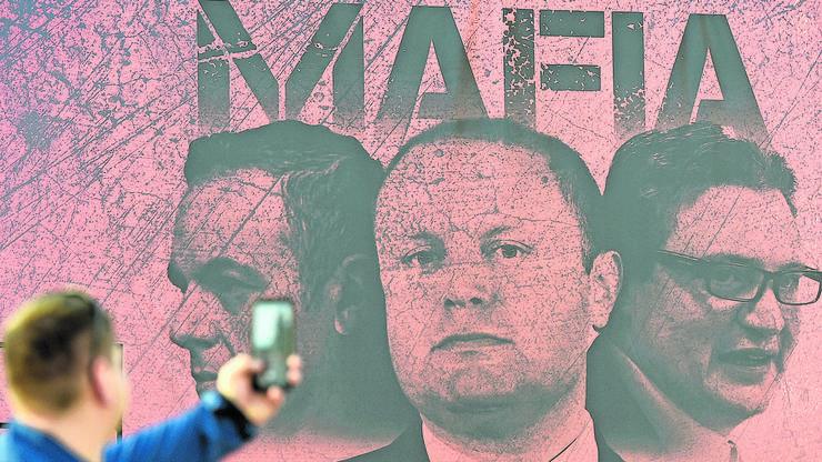 Dieses Plakat bezeichnet die maltesische Regierung als Mafia.