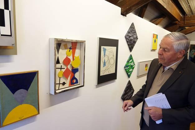 Ausstellungsbesucher Sepp Schmid begutachtet Werke aus der Aargauer Privatsammlung, die erstmals öffentlich ausgestellt werden.