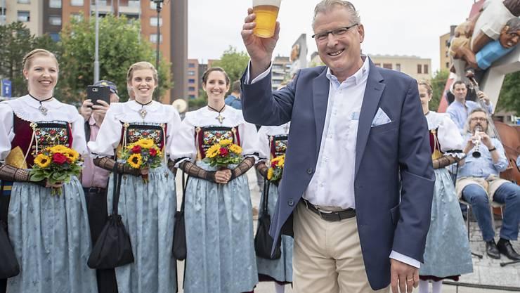 """Heinz Tännler, OK-Präsident des Eidgenössischen Schwing- und Älplerfests in Zug, geniesst das erste Bier nach der offiziellen Eröffnung der """"Schwingergasse."""""""