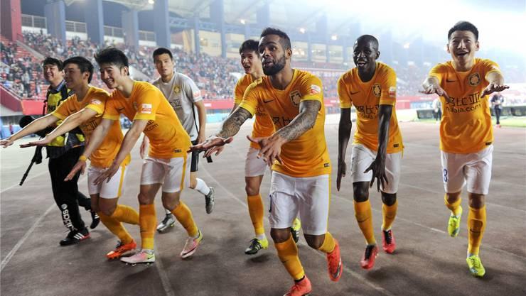 Die neu verpflichteten Alex Teixeira (3.v.r.) und Ramires (2.v.r.) lassen sich zusammen mit ihren Teamkollegen von Jiangsu Suning feiern.imago