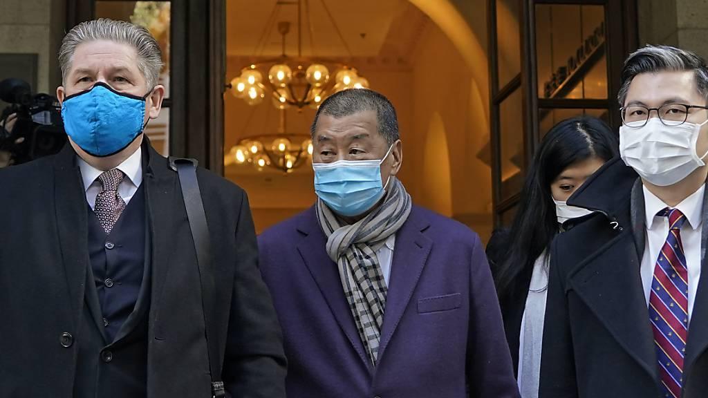 Jimmy Lai (M), Hongkonger pro-demokratischer Aktivist und Medienmogul, verlässt während einer Verhandlungspause das Berufungsgericht. Foto: Kin Cheung/AP/dpa