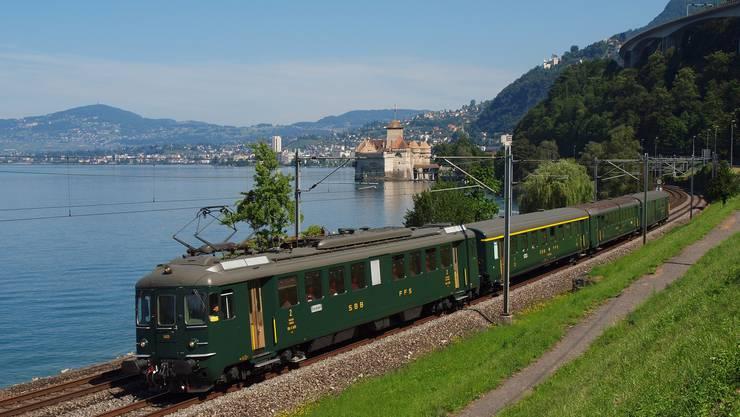 Der Triebwagen RBe 4/4 1405 als Pendelzug am Lac Léman beim Schloss Chillon.