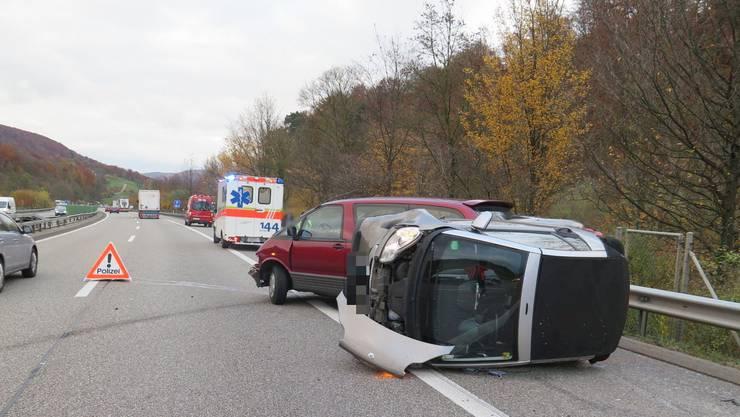 Das hintere Auto kippte und blieb seitlich auf dem Pannenstreifen liegen.