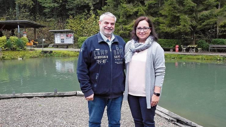 Yvonne Rieben und Michael Huber an ihrem Angelteich auf dem Fischergut. Bild: mf