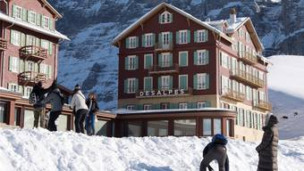 Kaum Gefahr von grünen Weihnachten: Gäste freuen sich vor der Eigernordwand über den Schnee.
