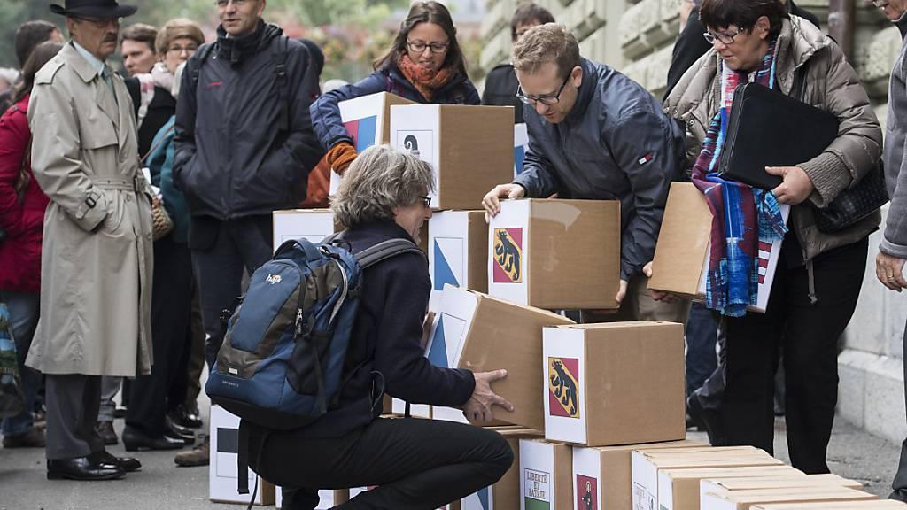 Intakte Chancen für ein Ja am 29. November: Initianten bei der Einreichung der Konzernverantwortungsinitiative am 10. Oktober 2016 in Bern. (Archivbild)