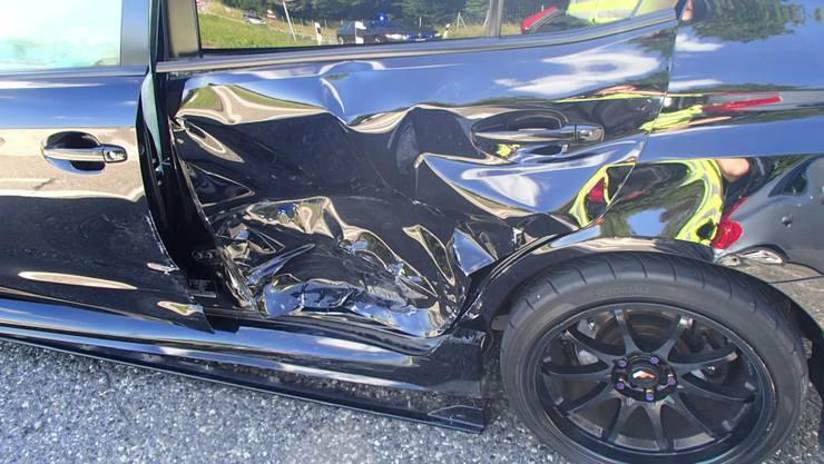 Der Sachschaden am Subaru ist beträchtlich.