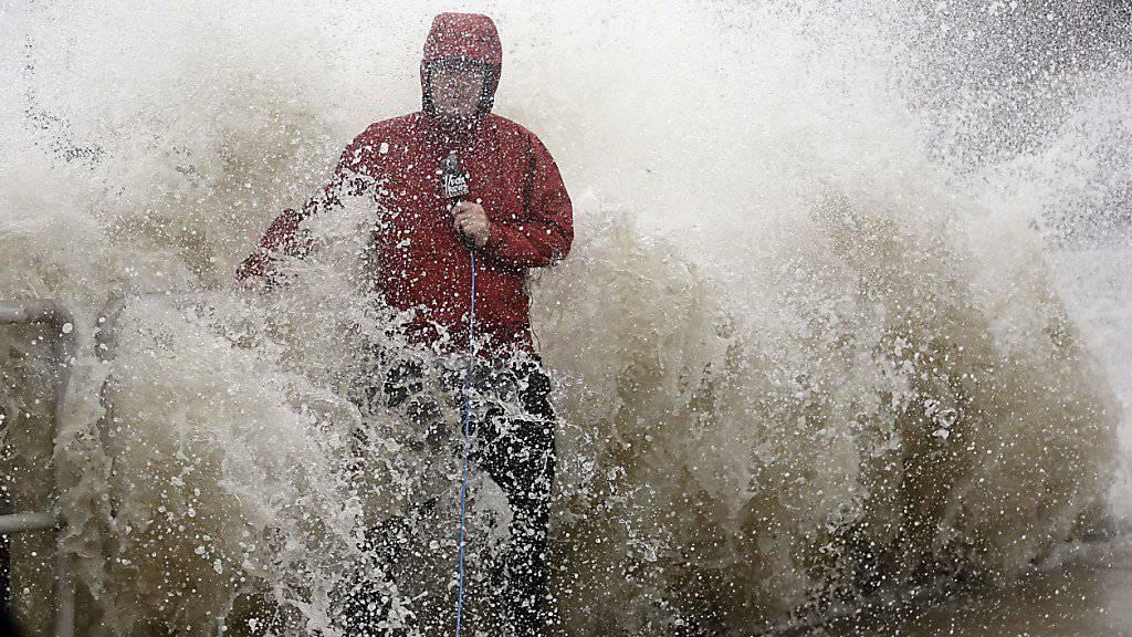 Hurrikan «Hermine» bringt auch hohe Wellen - eine davon überraschte diesen Fernsehreporter.