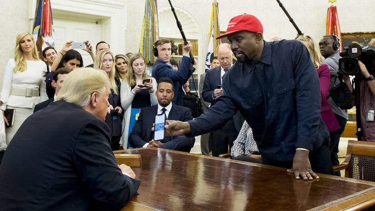 Kanye West trifft Trump im Oval Office.