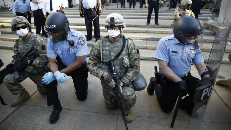 Polizeiangehörige solidarisieren sich in Philadelphia mit den Demonstranten.