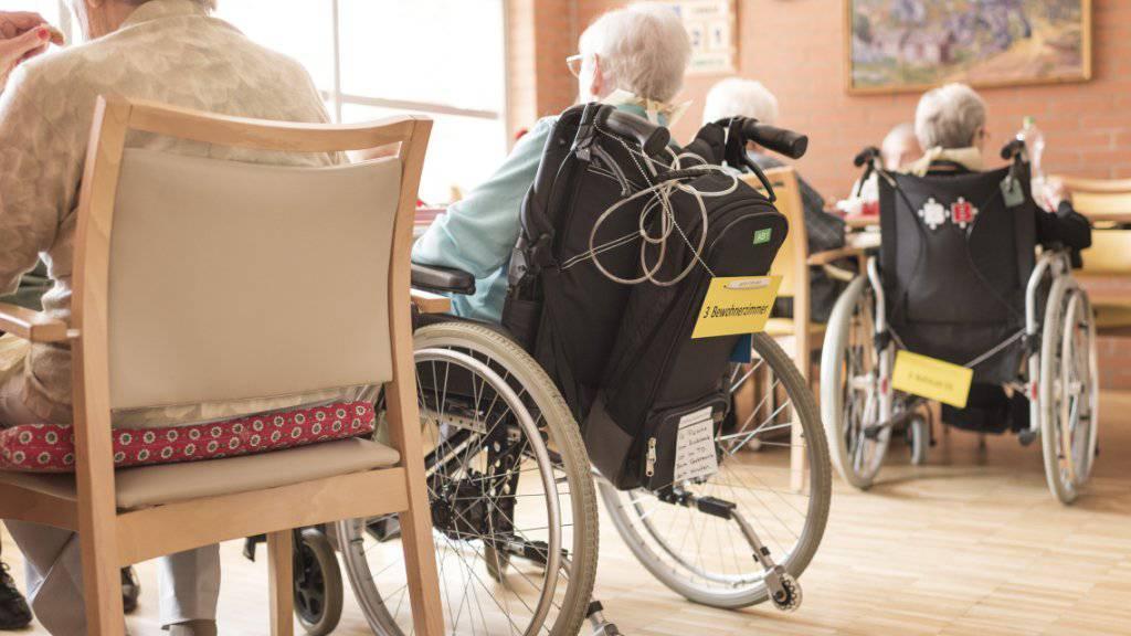 Die AHV-Reform, verknüpft mit der Steuervorlage, kommt auch bei älteren Menschen in der Schweiz gut an. Das zeigen Abstimmungsumfragen. (Themenbild)