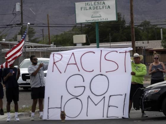 «Rassist, gehe nach Hause!»: In El Paso demonstrieren Menschen gegen einen Besuch von US-Präsident Donald Trump in der Stadt nach einer mutmasslich rassistisch motivierten Gewalttat mit über 20 Toten.