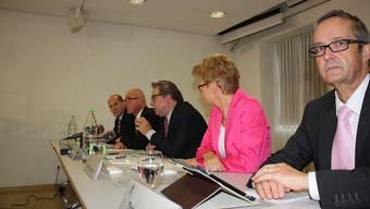 Vor knapp einem Jahr traten Anton Lauber, Isaac Reber, Urs Wüthrich, Sabine Pegoraro und Thomas Weber (v.l.) auf, um mitzuteilen, dass die Regierung die Fusionsinitiative mit drei zu zwei ablehne. Entgegen den Gepflogenheiten legten sie dabei ihre individuellen Haltungen offen.