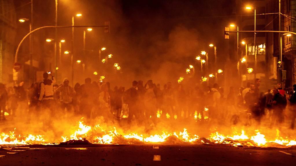25 Festnahmen und brennende Strassen bei Protesten