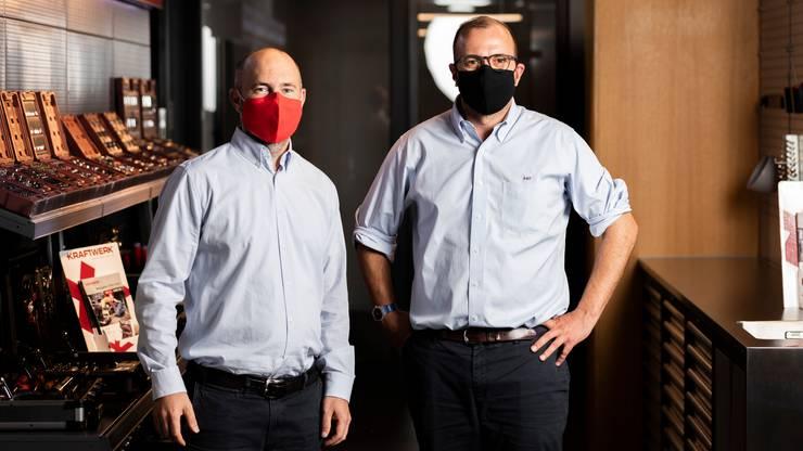 Alexander Pieper, CEO von Kraftwerk (rechts), und Christoph Kellenberger, CEO Novamem, produzieren gemeinsam Atemschutzmasken mit austauschbarem Ersatzfilter. Hier mit...